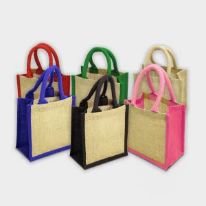 The Green & Good Wells Gift Bag is made from natural and sustainable jute. It comes with a small cotton over rope handle and is available in various trim colours. A perfect accompaniment for an executive gift or small gift set. Ethically produced in India in an audited factory.